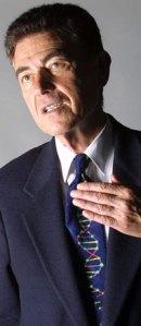 Francisco Javier Ayala con la corbata que todo biólogo quisieramos tener